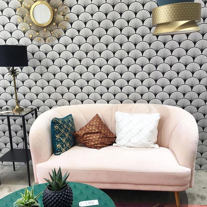 Canapé rose s'insérant parfaitement dans salon décor motif Seigaiha Noir