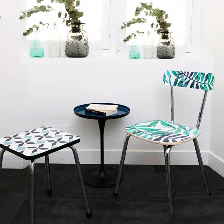 chaise et table relookées avec papier crédence imperméable
