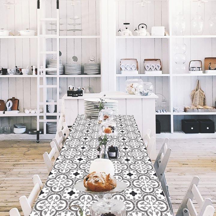 table customisée avec design Tuileries