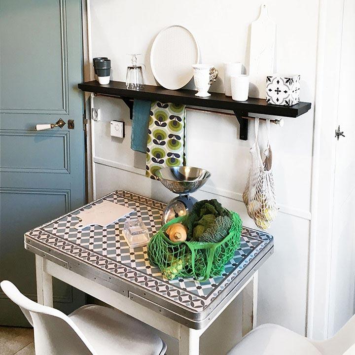 table relookée motif Cordoba dans coin sympa cuisine